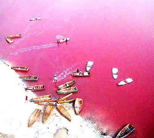 The-pink-waters-of-Lake-Retba-in-Senegal.3