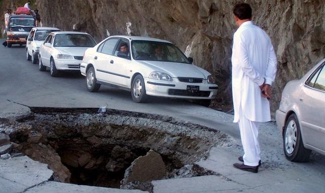 Ludzie stoj¹ nad kraterem