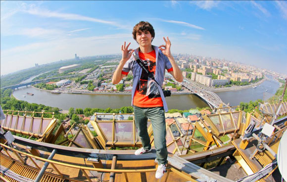 russians-climb-buildings-in-Moscow-without-safety-gear1